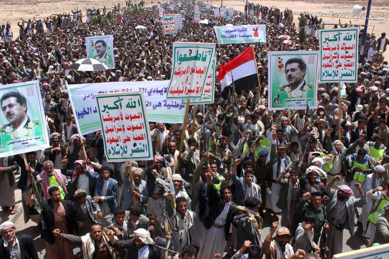 Les partisans des milices chiites Houthis manifestent contre l'intervention menée par l'Arabie saoudite au Yémen dans la nuit de mercredi à jeudi.