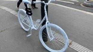 Vélo Blanc en souvenir d'Armelle Cizeron.