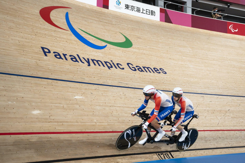 le tandem français Corentin Ermenault-Alexandre Lloveras lors des Paralympiques de Tokyo, sur le vélodrome d'Izu on Augus, le 25 août 2021