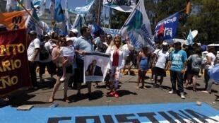 Centenas de pessoas se reuniram diante da clínica em uma demonstração de apoio à presidente da Argentina.