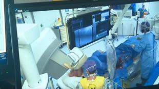 Imagem de Achille Courtois sendo operado sem anestesia.