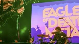 Trois mois après la tuerie du Bataclan, le groupe de rock californien Eagles of Death Metal est de retour à Paris pour un concert symbolique.