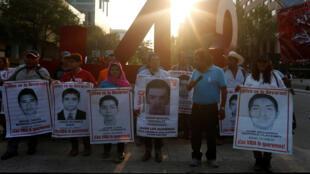 Estudiantes sostienen retratos de algunos de los 43 desaparecidos de Ayotzinapa, en Guerrero. Foto del 36 de octubre de 2017.