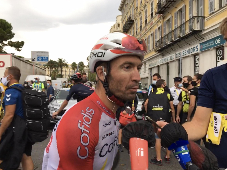 Le coureur de Cofidis Pierre-Luc Périchon rincé à l'arrivée de la première étape du Tour de France 2020, à Nice.