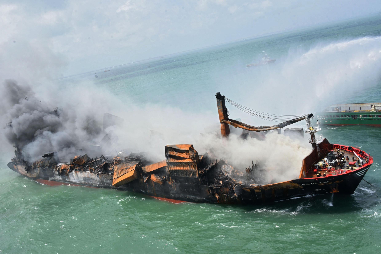 """El portacontenedores """"MV X-Press Pearl"""", registrado en Singapur, se incendió mientras esperaba para entrar en el puerto de Colombo"""