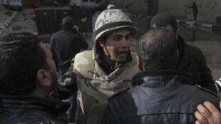 Soldado egípcio tenta conter manifestantes, nas proximidades do palácio presidencial