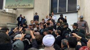 محمود احمدی نژاد در حال سخنرانی مقابل دادگاه