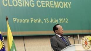 Ngoại trưởng Cam Bốt Hor Namhong trong lễ bế mạc hội nghị ASEAN (Reuters)