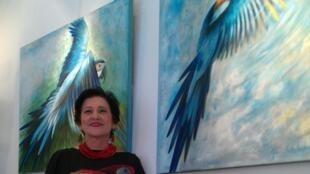 A artista brasileira Graça Estrela, que expõe na Galeria l'Oeil du Prince, em Paris