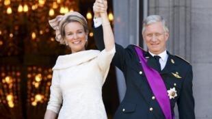 Le roi Philippe de Belgique et sa femme Mathilde, salue la foule qui les acclame au au balcon du palais royal à Bruxelles.