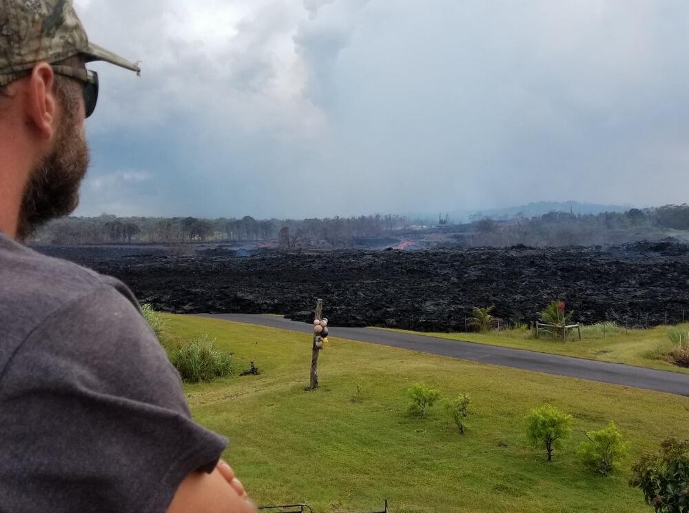 Dustin Paulsen, marido de Fernanda, diante de zona destruída pela lava do vulcão