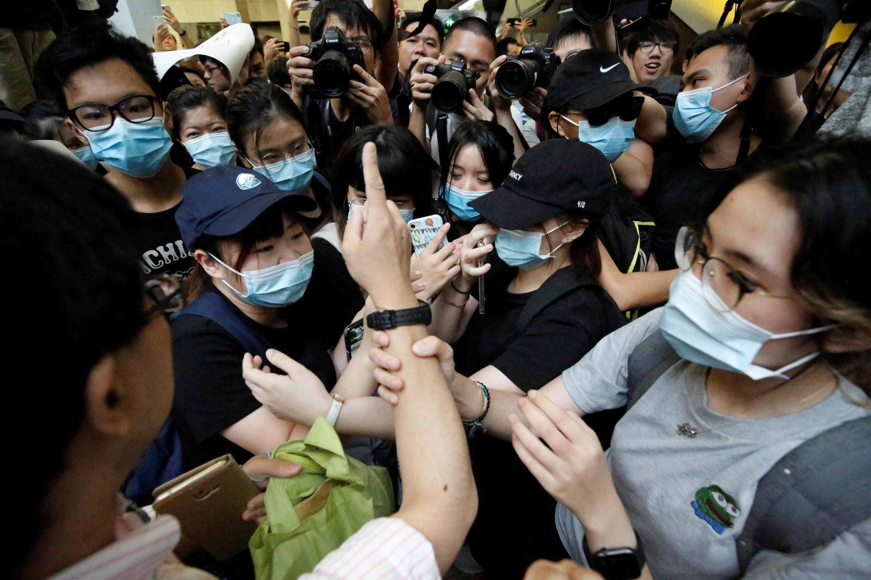 Người dân Hồng Kông tiếp tục biểu tình tại tòa tháp Revenue, khu trung tâm hành chính, ngày 24/06/2019.