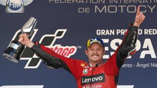 La joie du pilote australien Jack Miller, après avoir remporté, au guidon de sa Ducati, le Grand Prix d'Espagne de MotoGP, le 2 mai 2021 sur le circuit de Jerez de la Frontera
