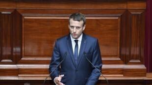 Shugaban kasar Faransa Emmanuel Macron yayin da yake jawabi a gaban zauren majalisar kasar.