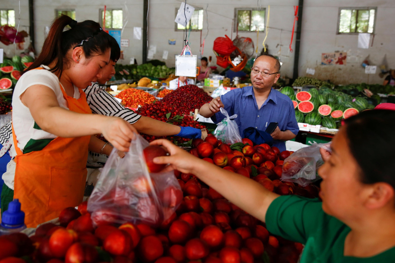 Hoa quả Mỹ có thể nằm trong danh sách trả đũa thuế của Trung Quốc. Một khu chợ ở Bắc Kinh, ngày 09/06/2017. Ảnh minh họa.