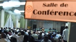 Des représentants de la société civile, de l'opposition politique, des leaders religieux et de l'armée en pleines tractations, à Ouagadougou, le 13 novembre 2014.