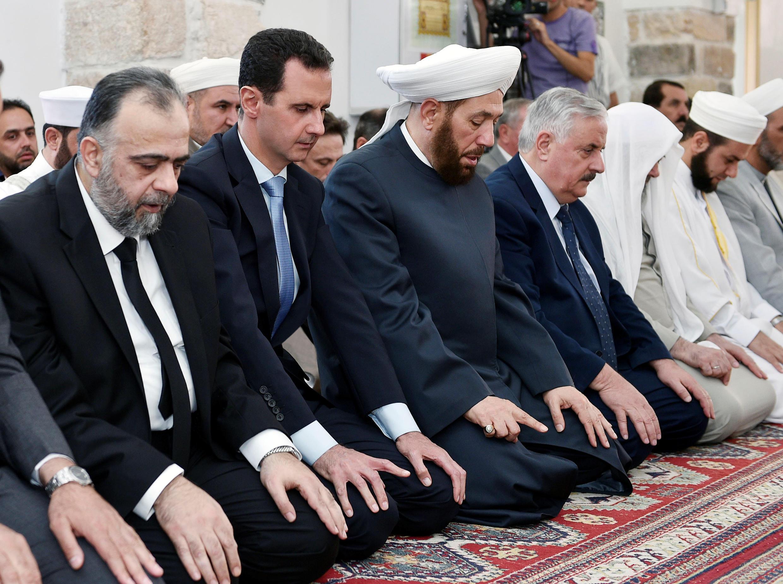 Tổng thống Syria Bachar Al Assad (thứ 2 từ trái sang) trong đền thờ Hama, ngày 25/06/2017