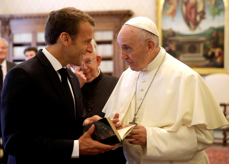 Giáo hoàng Phanxicô (P) tặng quà cho tổng thống Pháp Emmanuel Macron, trong cuộc gặp tại Vatican, ngày 26/06/2018