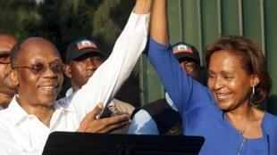 L'ancien président haïtien Jean-Bertrand Aristide, aux côtés de la candidate Maryse Narcisse, choisie pour représenter son parti, Fanmi, à l'élection présidentielle.