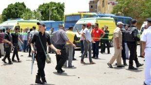 Policiais patrulham a cidade turística de Luxor, no sul do Egito, depois da explosão de uma bomba na manhã desta quarta-feira (10)..