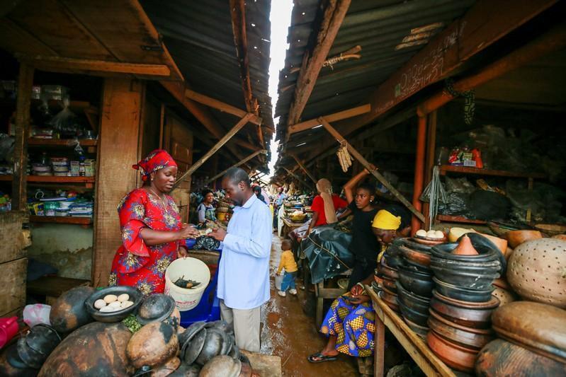 Agbetuya Samuel, wata mai maganin gargajiya yayin ciniki da masu saye a shagonta dake kasuwar garin Akure a jihar Ondo dake Najeriya. 28/8/2019.