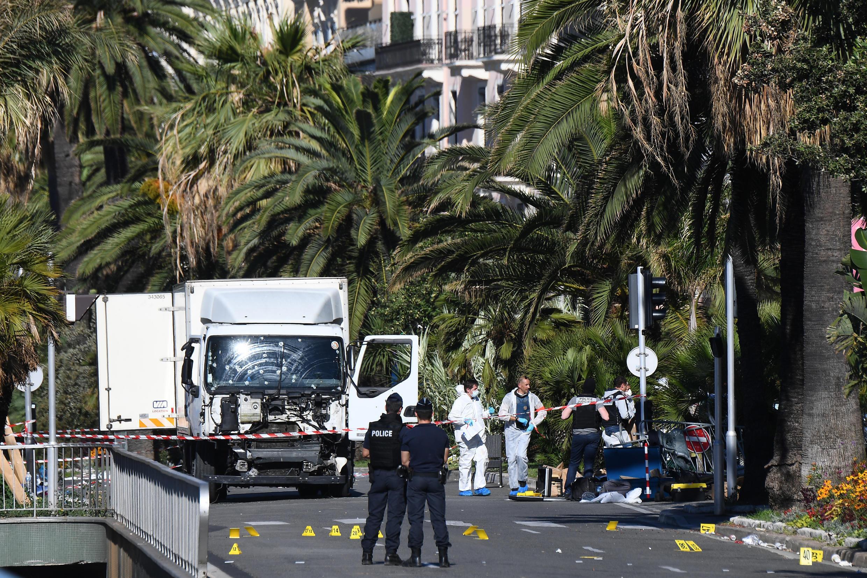 Polícia francesa patrulha na marginal de Nice (Promenade des Anglais) a 15 de Julho, local do atentado na véspera.