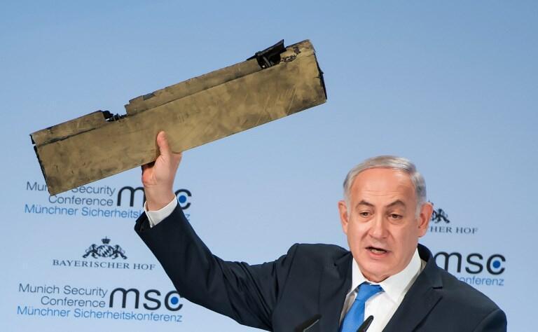 O primeiro-ministro de Israel, Benjamin Netanyahu, exibe suposto fragmento de drone iraniano durante a Conferência de Segurança de Munique, na Alemanha.
