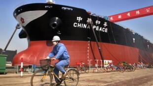 Un vraquier de type Capesize amarré dans le port de Shanghai.