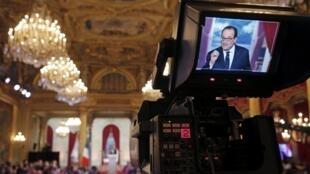 Quando foi eleito, Hollande prometeu conceder uma entrevista coletiva no palácio do Eliseu a cada seis meses.