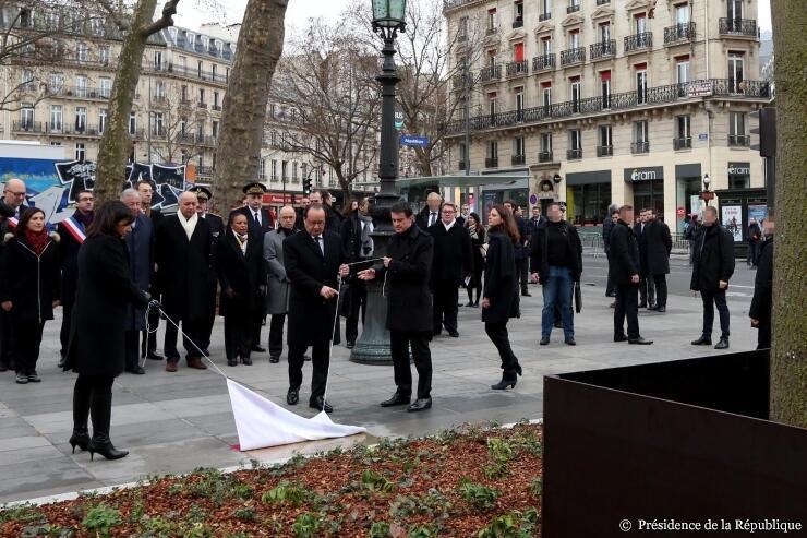 10.01.2016. Президент Олланд, мэр Идальго и премьер Вальс открывают мемориальную табличку у «дерева памяти»