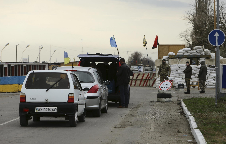 Блокпост, который создали крымские татары и проукраинские активисты на границе с Крымом, Херсонская область, 23 ноября 2015 г.