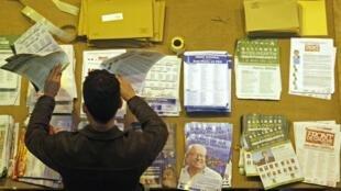 Un fonctionnaire prépare le matériel de vote qui sera expédié aux électeurs, à Marseille le 3 mars 2010.