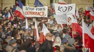 Biểu tình phản đối chính phủ ra các đạo luật phản dân chủ tại thành phố Lodz, Ba Lan ngày 19/12/2015.