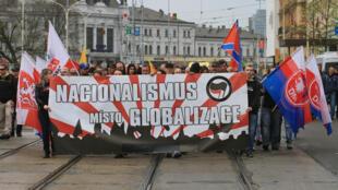 Les néo-nazis défilent avec une bannière et des drapeaux dans le centre-ville de Brno, en République tchèque le 1er mai 2015.