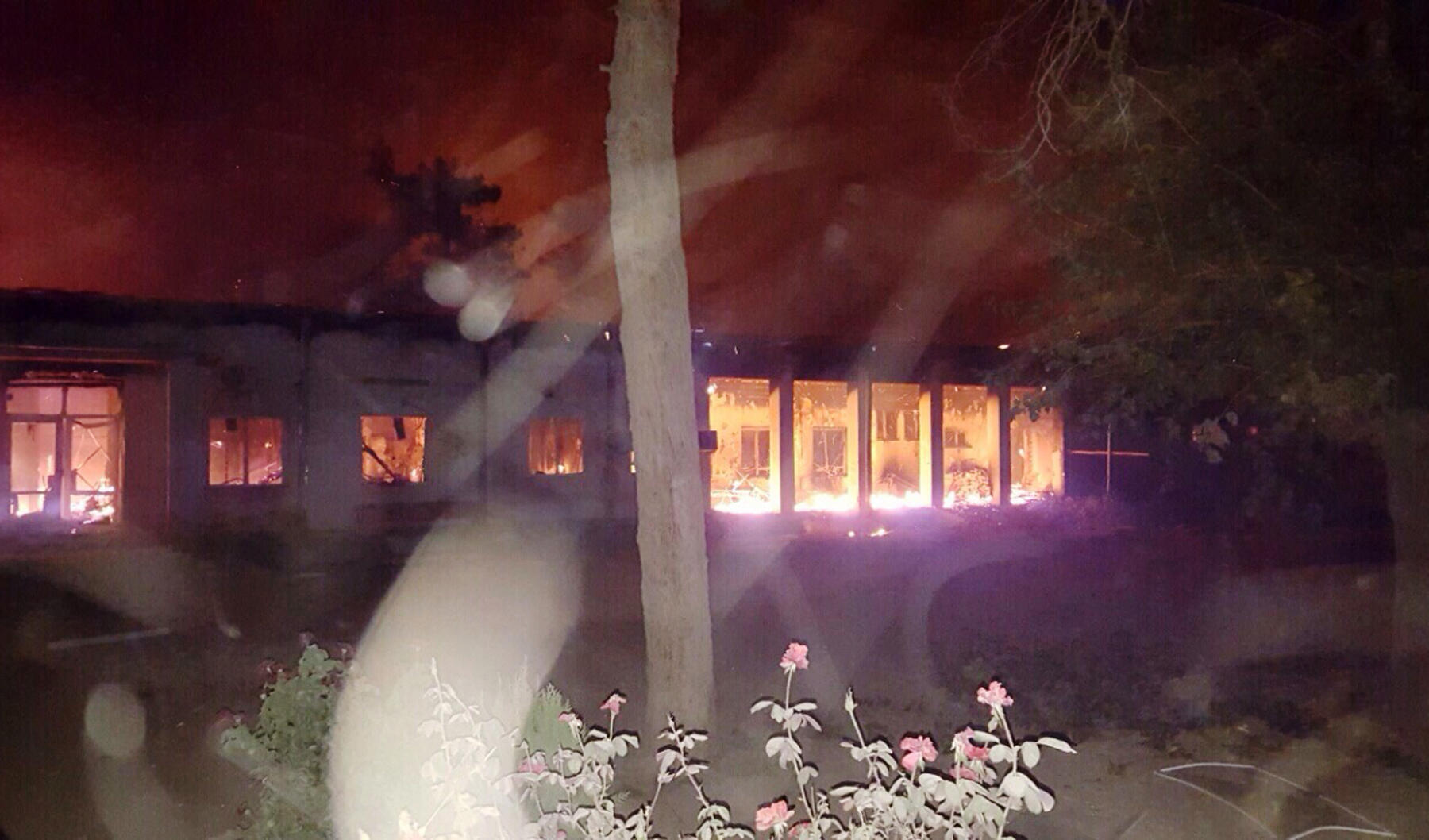 Foto fornecida pela MSF mostra que o hospital da ONG em Kunduz pegou fogo depois de ser atingido por um míssil no dia 3 de outubro de 2015.