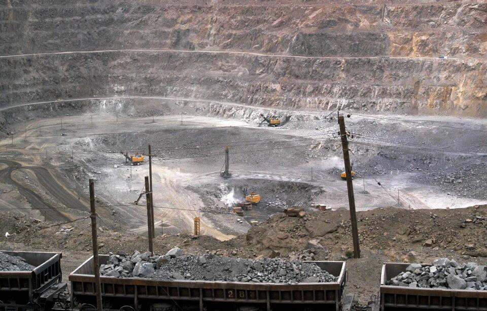 """یک معدن استخراج فلزات کمیاب در شهر """"بائوتو"""" در شمال چین. عکس متعلق به ۶ ژوئیه سال ٢٠١٠ میلادی میباشد."""