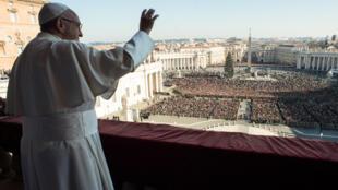 O discurso de Natal do Papa Francisco no balcão da Básilica de São Pedro frente a milhares de fiéis, no dia 25 de Dezembro de 2017