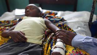 Enfant dans le coma, atteint du paludisme à l'hôpital Kimpese, dans la province du Bas-Congo, RDC.