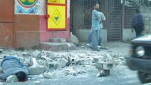 Plusieurs victimes du séisme se sont regroupées dans un parc de Port-au-Prince, le 13 janvier 2010.