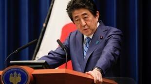 Alors que le Japon commémore la fin de la guerre, le parti du Premier ministre, Shinzo Abe, vient de donner son feu vert à un projet de réforme extrêmement controversé concernant l'armée, un texte belliqueux, selon l'opposition.
