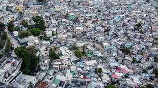 La forte densité de population à Port-au-Prince, capitale la plus peuplée de la Caraïbes, complique fortement l'application de toute mesure de distanciation sociale.