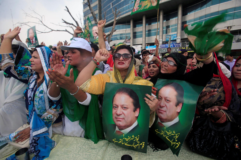 Des supporters de l'ex-Premier ministre Nawaz Sharif, manifestent contre la décision de la Cour suprême dans les rues de Lahore, le 28 juillet 2017.