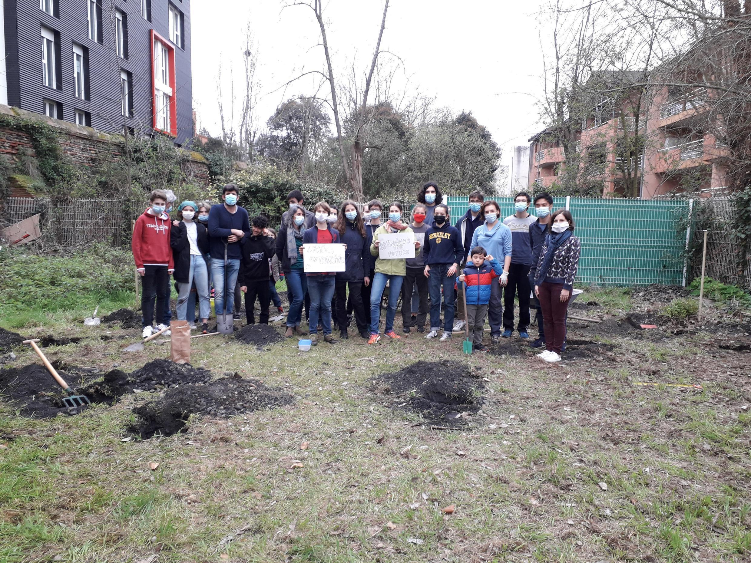 Students from Marcelin Berthelot high school in Toulouse are planting trees in a biodiversity corridor, March 2021_Credit Pauline Bandelier
