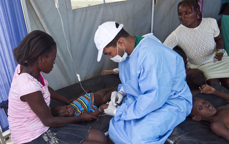 Một bác sĩ Cuba đang chữa trị cho một em bé bị dịch tả ở Estère, Haïti. Ảnh tư liệu chụp ngày 26/10/2010.