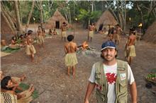 O diretor Alexandre Perim, diante da aldeia construída para as filmagens.
