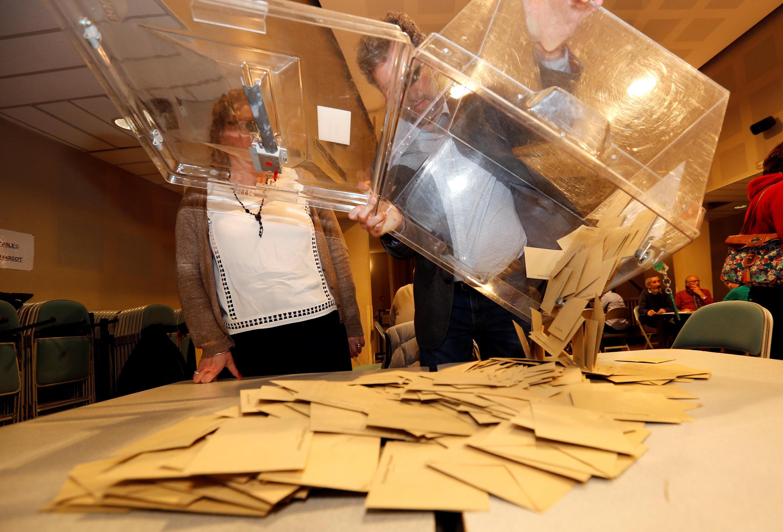 Подсчет голосов на одном из избирательных участков во Франции