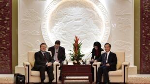 Le président de la Commission européenne José Manuel Barroso (g) reçu à Nankin par le Premier ministre chinois Wen Jiabao, le 29 novembre 2009.