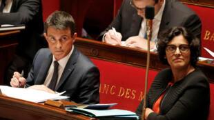 Le Premier ministre Manuel Valls et la ministre du Travail Myriam El Khomri réagissent avant le vote sur la motion de censure à l'Assemblée nationale à Paris, le 12 mai 2016.