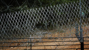 Un trou dans le grillage de la frontière entre l'Afrique du Sud et le Zimbabwe.