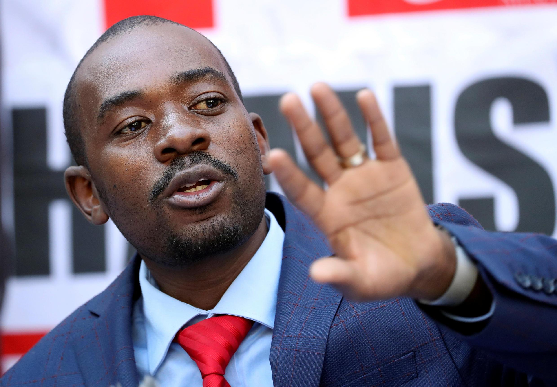 Kiongozi wa upinzaji nchini Zimbabwe Nelson Chamisa katika mkutano na waandishi wa habari.